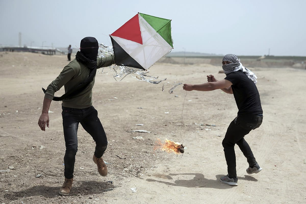 Gazans setting kites on fire during the Great March of Retrun, May, 2018 [Twitter]