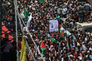 Palestinians attend the funeral ceremony of Razan Ashraf Najjar, 21, a female paramedic who was shot dead by Israeli forces while healing wounded demonstrators during 'Great March of Return' protests in Khan Yunis on Friday, in Huzaa neighbourhood of Khan Yunis, Gaza on June 02, 2018 [Mustafa Hassona / Anadolu Agency]