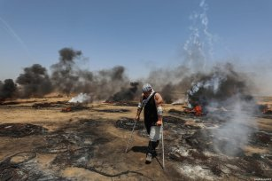 """Palestinians burn tyres in response to Israeli security forces' intervention during the protests called """"commemorating the Naksa"""", along the border fence, east of Khan Yunis in the southern Gaza Strip on June 8, 2018 [Mustafa Hassona / Anadolu Agency]"""