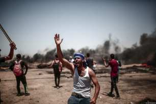 "Palestinian protestors seen at the Gaza-Israel border during the protests called ""commemorating the Naksa"", along the border fence, east of Khan Yunis in the southern Gaza Strip on June 8, 2018 [Mustafa Hassona / Anadolu Agency]"