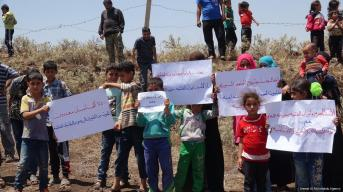 Syrian families protest against the closure of the borders to refugees fleeing the war in Syria on 28 June 2018 [Ammar Al Ali/Anadolu Agency]