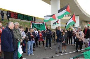 Crowds assemble outside Brighton Marina [Jehan Alfarra/Middle East Monitor]