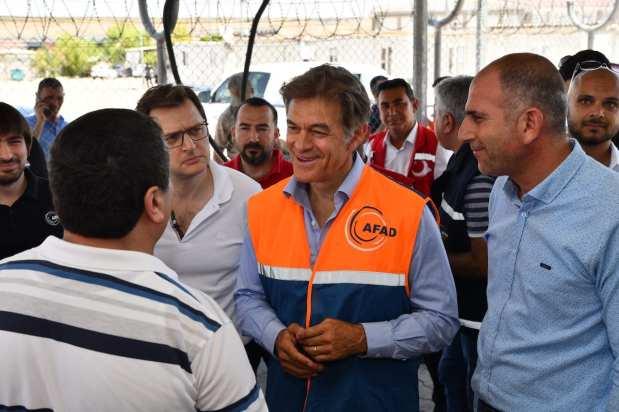 Turkish-American cardio-thoracic surgeon Mehmet Oz (C) meets with Syrian refugees during his visit to Gaziantep, Turkey on 8 July 2018 [Kerem Kocalar/Anadolu Agency]