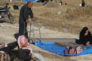 Syrians wait at the border areas near Jordan after fleeing from the air strikes carried out by the Syrian Regime in Daraa [Ammar Al Ali/Anadolu Agency]