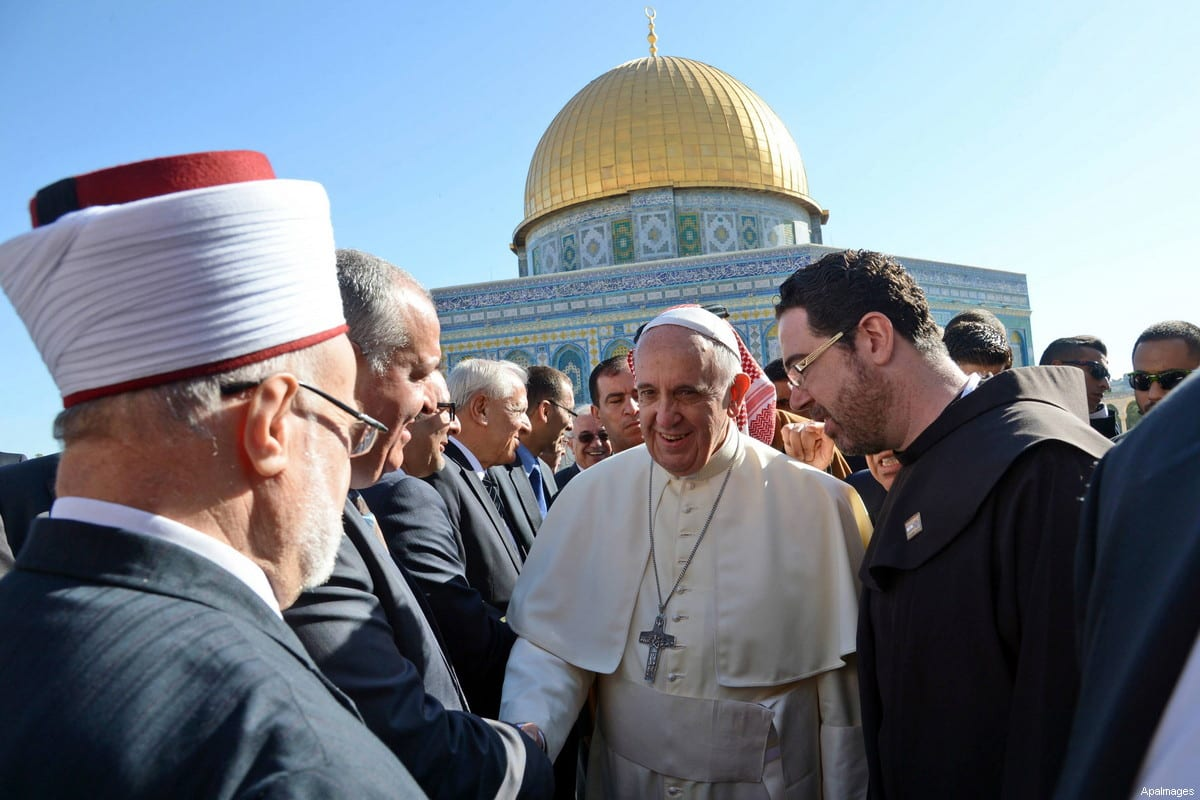 Pope Francis walks in front of the Dome of the Rock as he visits the Al-Aqsa Mosque compound, in Jerusalem's Old City on May 25, 2014 [Handout Photo by Haim Zach-Israeli GPO / Pool - ApaImages]