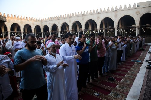 Muslims pray at a mosque in Cairo, Egypt on 21 August, 2018 [Ahmed Al Sayed/Anadolu Agency]