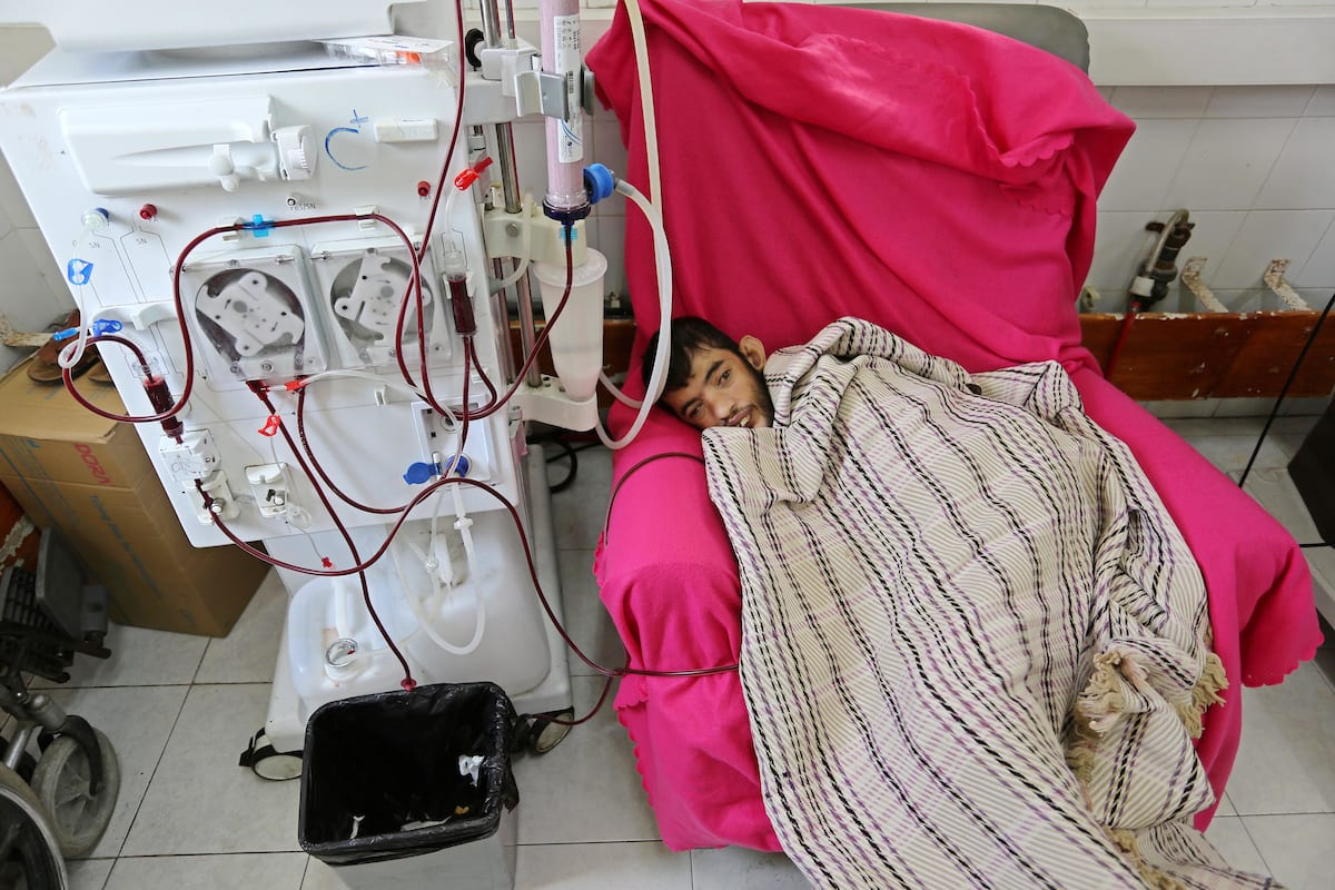A Palestinian patient undergoes kidney dialysis in Gaza city on 28 August 2018 [Ashraf Amra/Apaimages]