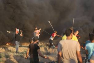 Palestinian protestors clash with Israeli forces at the Gaza-Israel border, as they take part in the Great March of Return protests in the Gaza Strip on 14 September 2018 [Mohammed Asad/Middle East Monitor]