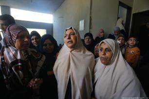 Family and friends mourn for the Palestinian who was killed by Israeli forces during the Gaza protest [Mohammed Asad/Middle East Monitor]