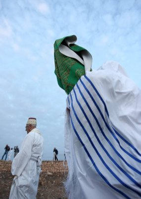 Pictured: The Samaritans wear their traditional clothing and climb Mount Gerizim to pray West Bank, 23 October 2018 [Shadi Jarar'ah/Apaimages]