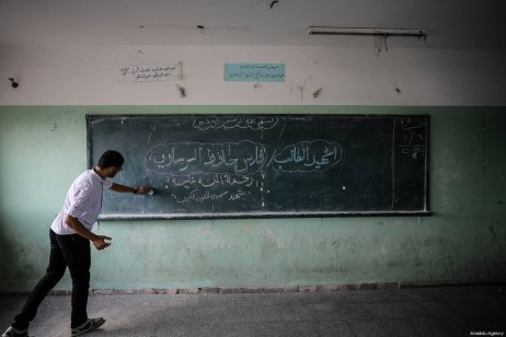 """Teacher of Faris Hafez al-Sarasawi, 12 years old Palestinian child who was killed by Israeli forces in """"Great March of Return"""" demonstrations, writes his name on the board during a remembering by his classmates and teacher at Muaz bin Jabal Elementary School in Shuja'iyya neighborhood of Gaza City, Gaza on October 06, 2018 [Ali Jadallah / Anadolu Agency]"""