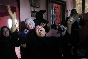 """A relative mourns over the death of Hussein Fathi al-Raqab (28), who was killed by Israeli forces in """"Great March of Return"""" protests, during his funeral ceremony in Khan Yunis, Gaza on October 6, 2018 [Ashraf Amra / Anadolu Agency]"""
