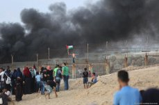 Palestinian protestors seen at the Gaza coast in near the northern border with Israel on October 8, 2018. Clashes with Israeli forces led to 29 Palestinians being injured at the protest [Mohammad Asad / Middle East Monitor]