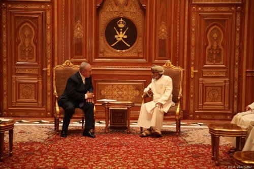 Prime Minister Benjamin Netanyahu (L) on an official diplomatic visit to Oman where he met with Sultan Qaboos bin Said on 25 October 2018 [PM of Israel/Twitter]