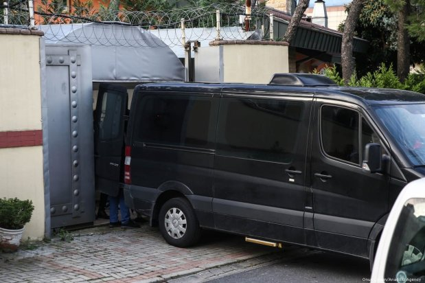 A van in black with tinted windows arrives at the Saudi consulate as the waiting continues on the killing of Prominent Saudi journalist Jamal Khashoggi in Istanbul, Turkey on 26 October 2018 [Onur Çoban/Anadolu Agency]