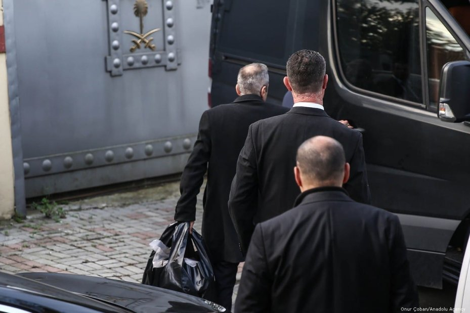 Consulate officers load a full black bag in a van with with tinted windows, from another vehicle at the Saudi consulate as the waiting continues on the killing of Prominent Saudi journalist Jamal Khashoggi in Istanbul, Turkey on 26 October 2018 [Onur Çoban/Anadolu Agency]