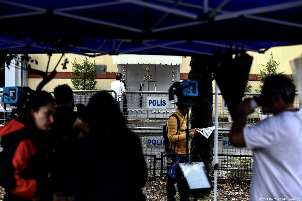 Police set up barricade in front of Saudi consulate as the waiting continues on the disappearance of Prominent Saudi journalist Jamal Khashoggi in the Consulate General of Saudi Arabia in Istanbul, Turkey on 11 October 2018 [Ahmet Bolat/Anadolu Agency]