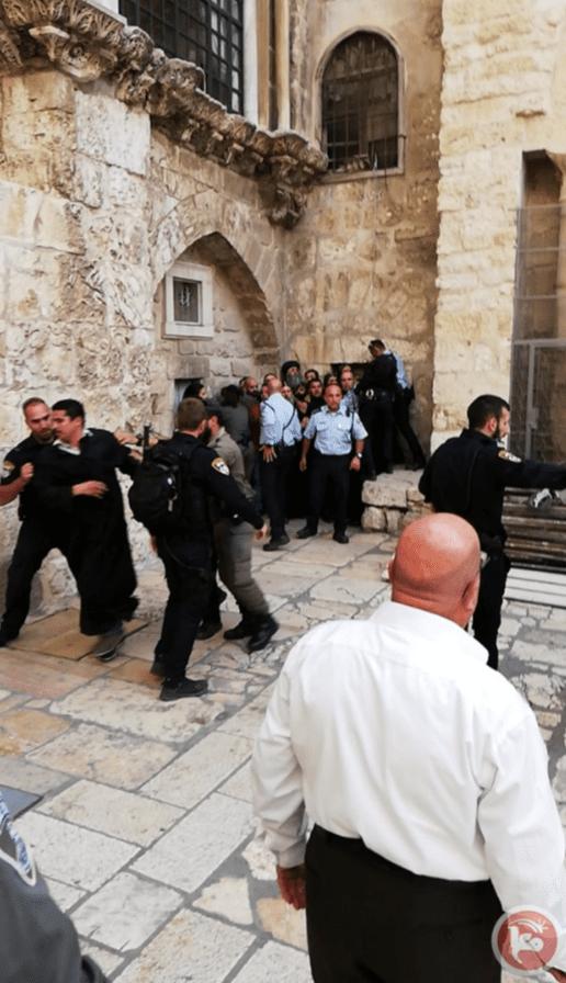 Forças israelenses atacam padre cristão copta durante protesto em Jerusalém em 24 de outubro de 2018 [Maannews]