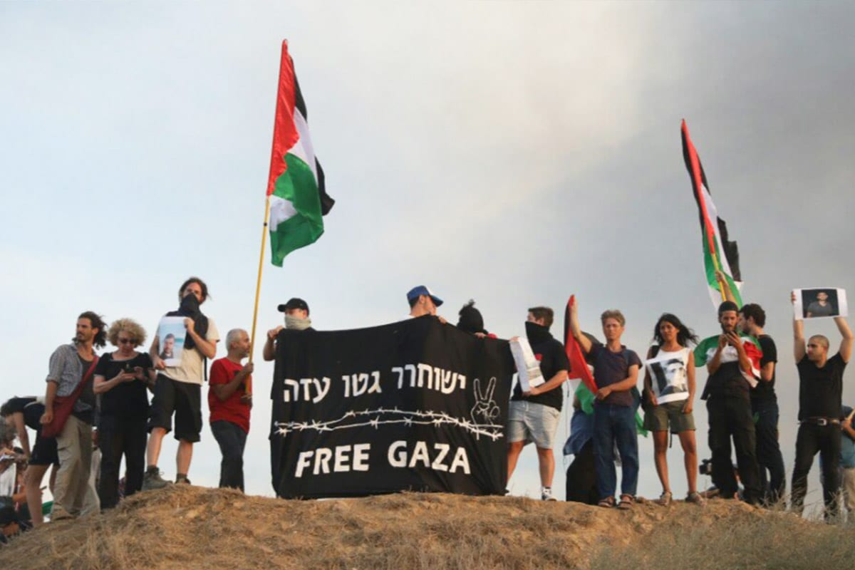 Dozens of Israelis hold a solidarity protest with Gaza demonstrations on the Israel-Gaza fence [Twitter]
