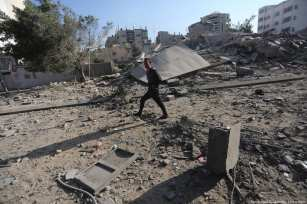 Buildings were razed to the ground in last night's deadly airstrike on Gaza. 13 November 2018 [Mohammed Asad/Middle East Monitor]