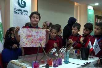 Artist gave children a masterclass in 'painting with water' in Lebanon on 28 November 2018 [Jihad Muhammed Behlek/Anadolu Agency]