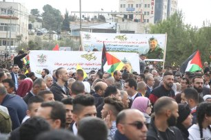 Palestinians gather at the tomb of Yasser Arafat, in the West Bank city of Ramallah, to commemorate the 14th anniversary of his death, on November 11, 2018 [Issam Rimawi/Anadolu Agency]