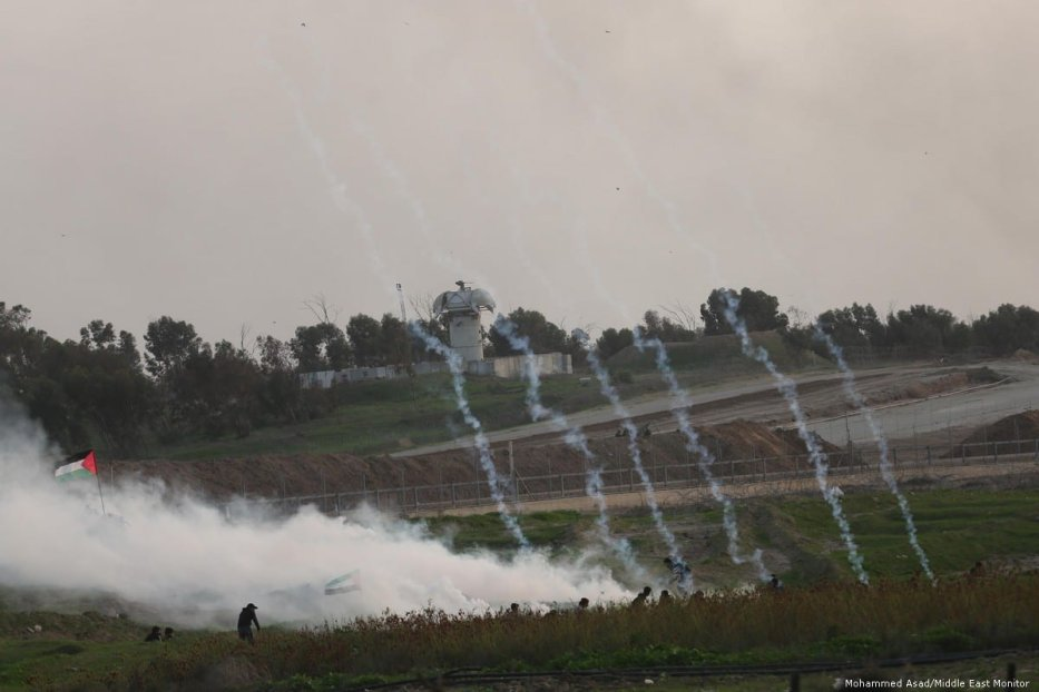 Israeli forces fire at Palestinians during the Great March of Return on 30 November 2018 [Mohammed Asad/Middle East Monitor]
