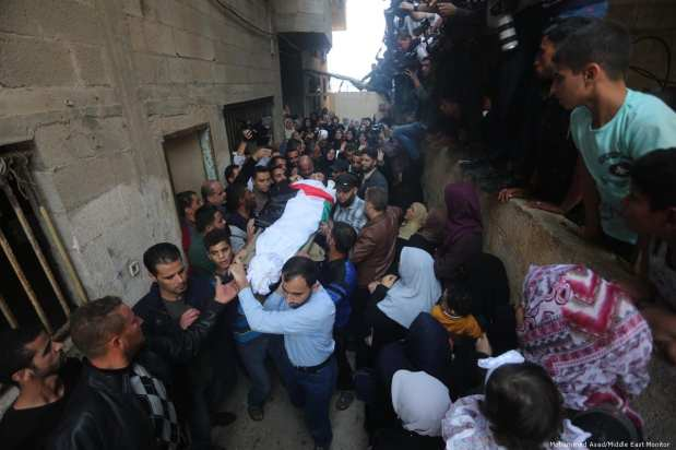 Relatives and loved ones attend the funeral for Palestinian fisherman Mustafa Abu-Odeh who was shot dead by Egyptian forces on 8 November 2018 [Mohammed Asad/Middle East Monitor]