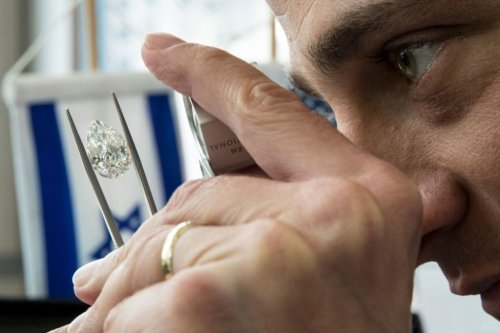 A buyer checks the quality of an 8,6 carat diamond during the International Diamond Week (IDW) in the Israeli city of Ramat Gan, east of Tel Aviv on 14 February 2017 [JACK GUEZ/AFP/Getty Images]