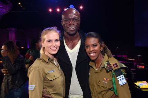 Seal (center) with IDF soldiers at the FIDF Western Region Gala at The Beverly Hilton Hotel on 2 November, 2017 in Beverly Hills, California [Shahar Azran/Getty Images]