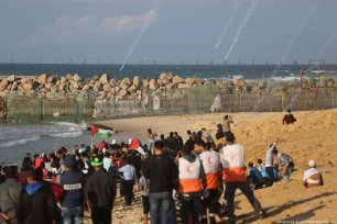 Israeli forces fire at Palestinians on the 15th marine protests in the Gaza Strip on 5 November 2018 [Mohammed Asad/Middle East Monitor]