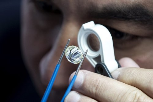 A foreign buyer checks the quality of a diamond during the International Diamond Week (IDW) in Tel Aviv, on 5 February 2018 [JACK GUEZ/AFP/Getty Images]