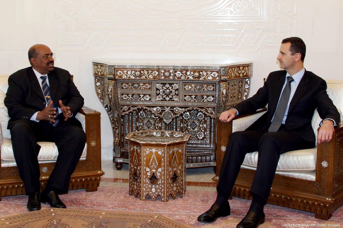 Syrian President Bashar Al-Assad (R) meets with Sudanese counterpart Omar Al-Bashir (L) in Damascus on 12 January 2008 [LOUAI BESHARA/AFP/Getty Images]