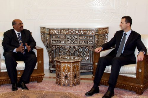 Syrian President Bashar Al-Assad (R) meets with Sudanese counterpart Omar Al-Bashir (L) in Damascus on 12 January 2008 [LOUAI BESHARA/AFP/Getty Images]