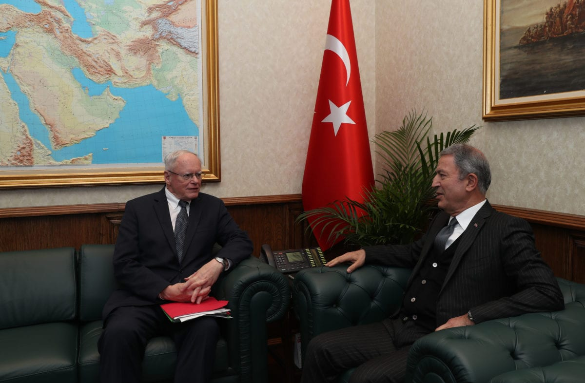 Turkish National Defense Minister Hulusi Akar (R) meets US Special Representative for Syria James Jeffrey (L) in Ankara, Turkey on 7 December 2018. [Arif Akdoğan - Anadolu Agency]