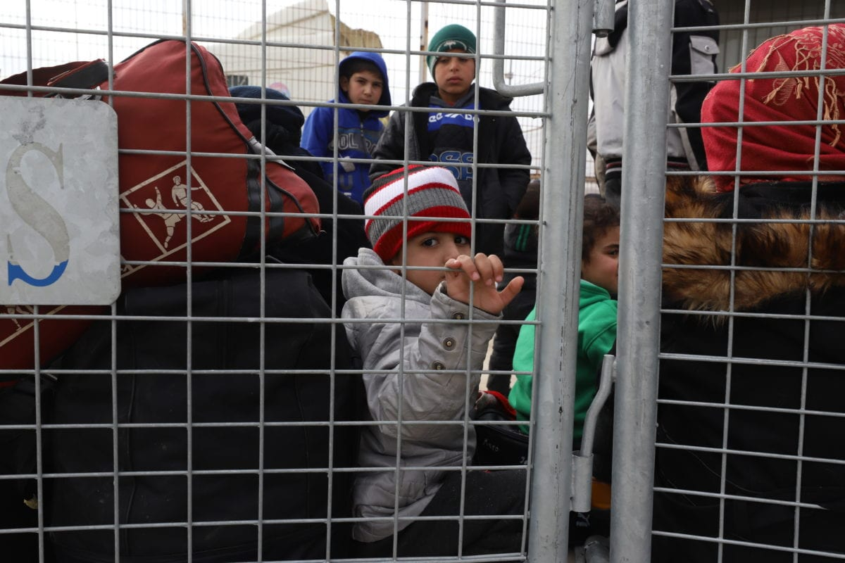 Iraqi people, who fled to Syria from Iraq due to Daesh terrorists, wait at Oncupinar border gate to return their home, in Kilis, Turkey on December 14, 2018. ( Samer Owaid - Anadolu Agency )