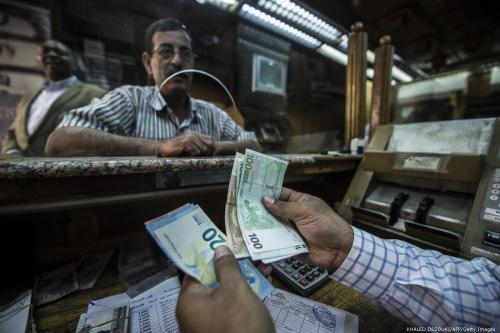 An employee counts banknotes at currency exchange shop in Cairo, Egypt on 3 November 2016 [KHALED DESOUKI/AFP/Getty Images]