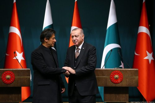 Turkish President Recep Tayyip Erdogan (R) shakes hands with Pakistani Prime Minister Imran Khan (L) as they pose for a photo following their joint press conference at the Presidential Complex in Ankara, Turkey on 4 January 2019. [Halil Sağırkaya - Anadolu Agency]