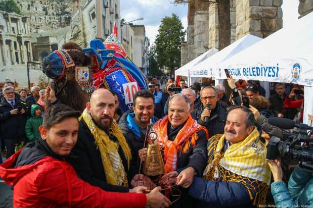 """Camel Baybars, the winner of the 8th """"Fanciest Camel"""" competition organized within the 37th Traditional Selcuk Efes Camel Wrestling Festival, is seen with Selcuk district mayor Zeynel Bakici (2nd R) and Selcuk borough master Ekrem Inci (R) at Selcuk Station Square in Turkey on 19 January 2019 [Emin Mengüarslan/Anadolu Agency]"""