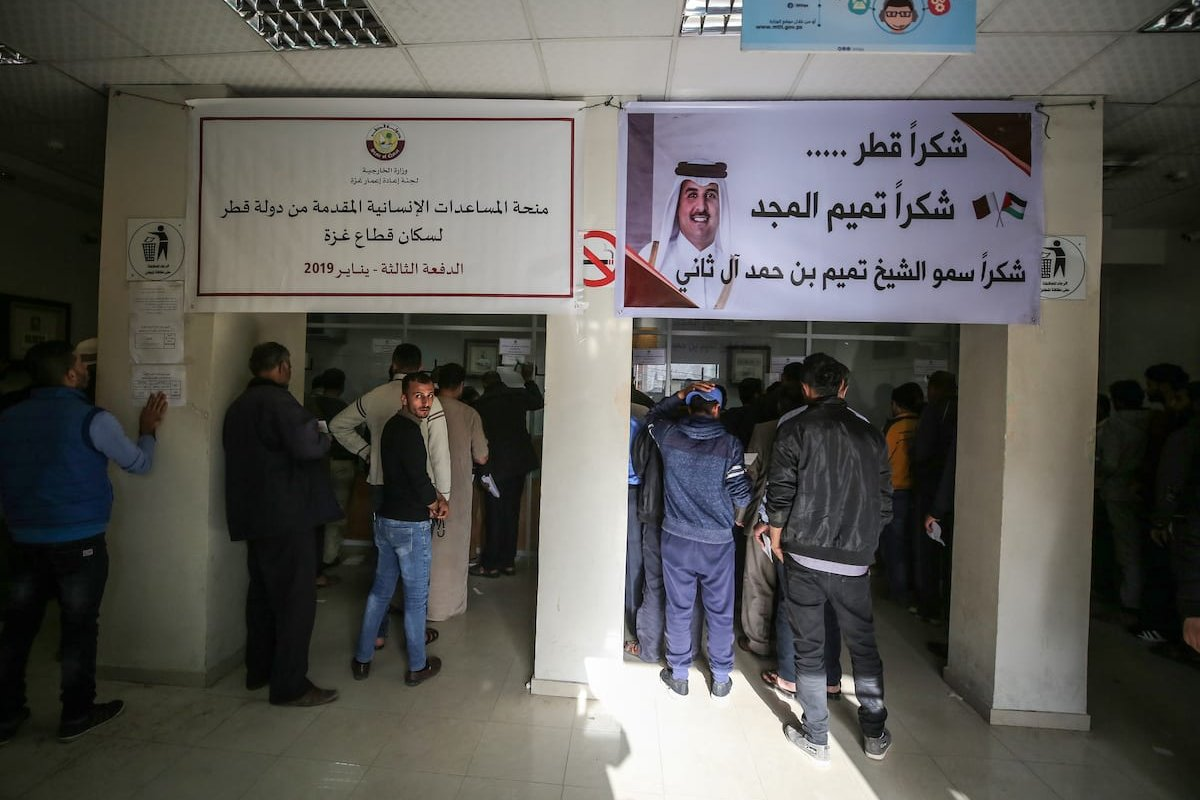 Palestinians queue to receive the first stage of the Qatari aid at a post office in Gaza City, Gaza on 26 January 2019. [Ali Jadallah - Anadolu Agency]