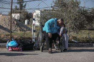 Palestinians wait to cross Egypt through the Rafah border crossing point in Rafah, Gaza on 29 January 2019. [Ali Jadallah - Anadolu Agency]