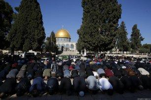 Palestinians perform the Friday prayer at Al-Aqsa Mosque Compound in Jerusalem on January 04, 2019. ( Mostafa Alkharouf - Anadolu Agency )