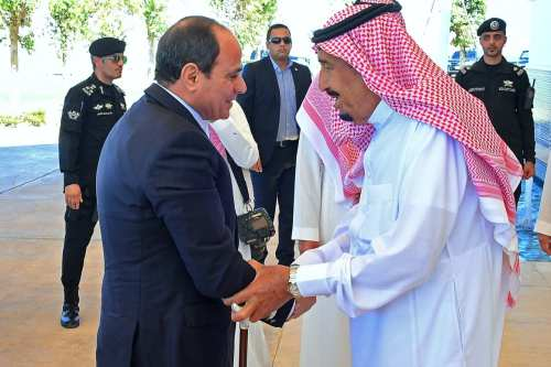 Saudi King Salman (R) receiving Egypt's President Abdel Fattah Al-Sisi in Saudi Arabia [AFP/Getty Images]