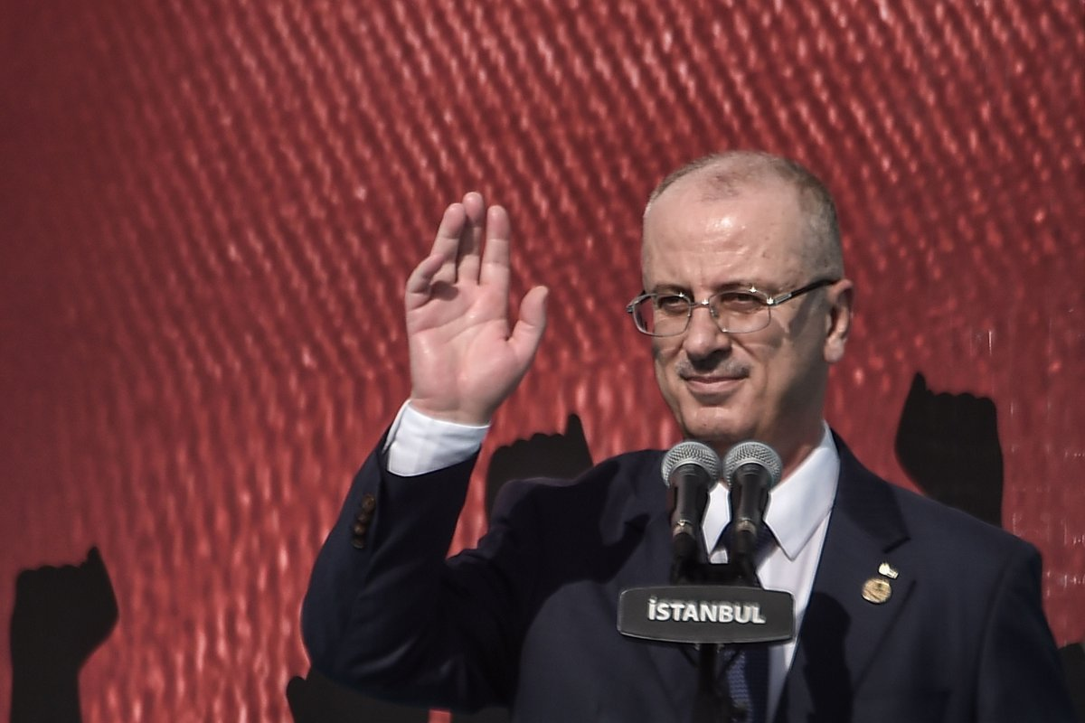 Palestinian Prime Minister Rami Hamdallah waves to the crowd during a protest rally in Istanbul on May 18, 2018, against the recent killings of Palestinian protesters on the Gaza-Israel border and the US embassy move to Jerusalem [OZAN KOSE/AFP/Getty Images]