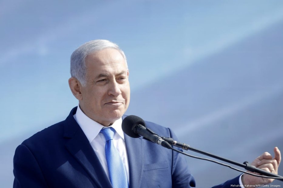 Israeli Prime Minister Benjamin Netanyahu (C) on 21 January 2019 [Mehahem Kahana/AFP/Getty Images]