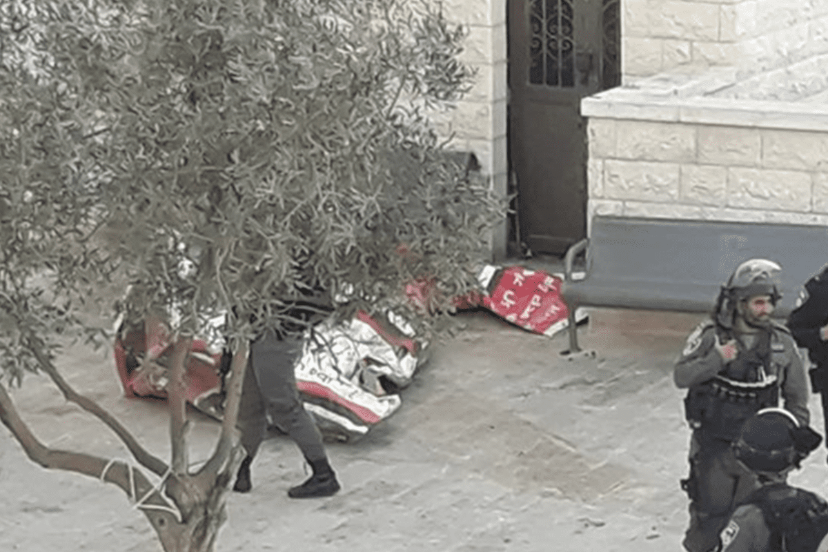Israeli forces take down Palestinian flag off mosque in Issawiya [Maannews]