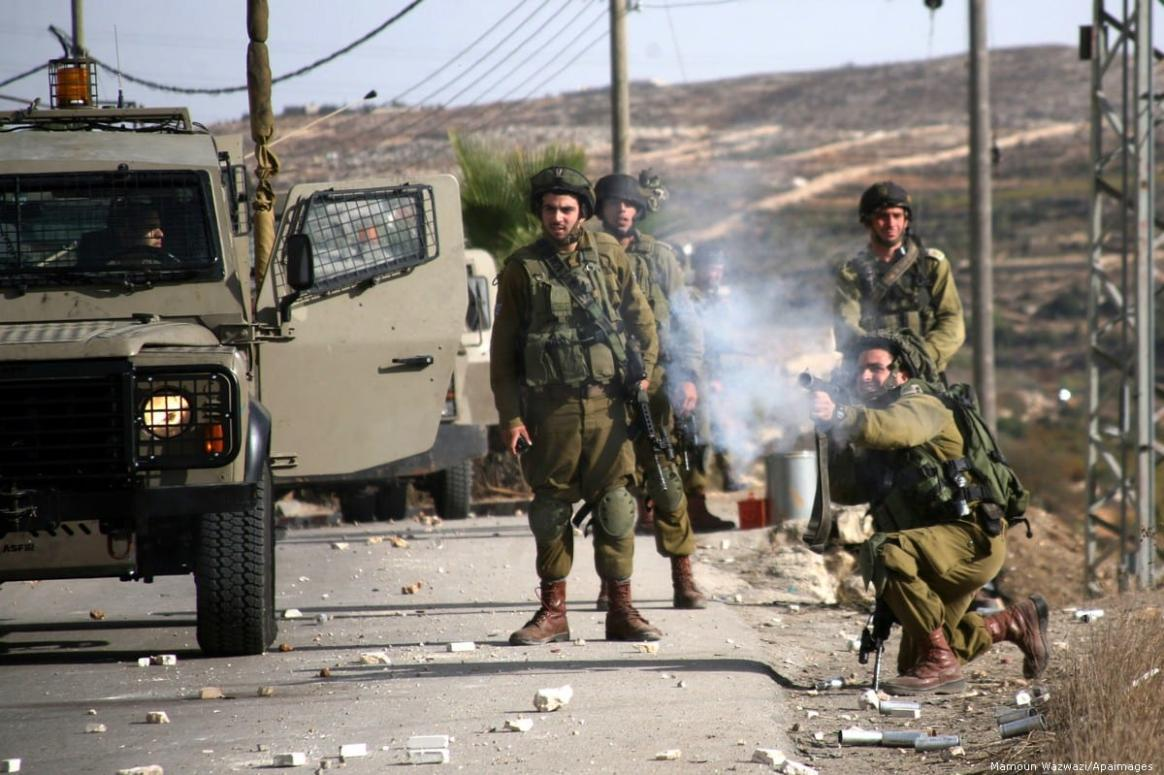 Israel soldiers fire tear gas at Palestinian demonstrators in the West Bank city of Hebron on 16 November 2012 [ Wisam Hashlamoun/Apaimages]