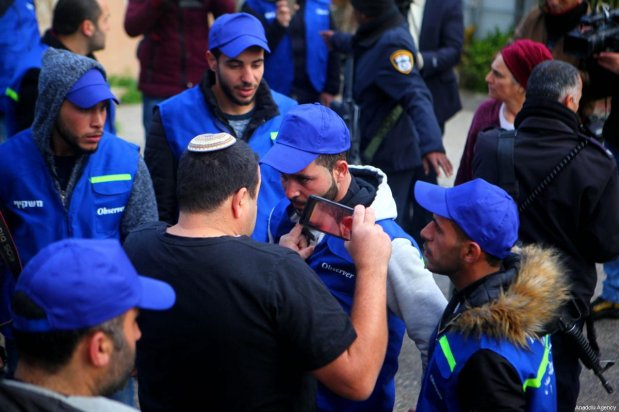 A Jewish settler reacts to members of the Palestinian Youth Against Settlements (YAS) activists as they gather in Hebron, West Bank on February 10, 2019. in West Bank city [Mamoun Wazwaz / Anadolu Agency]