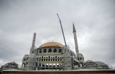 A crane is seen as it places the one of the spires of the Taksim Mosque in Taksim district of Istanbul, Turkey on 31 January 2019 [İslam Yakut/Anadolu Agency]