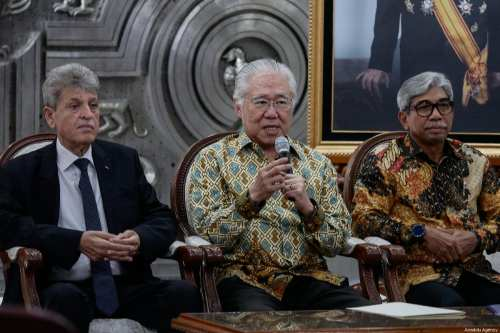 Indonesian Minister of Trade Enggartiasto Lukita (C) speaks during a press conference announcing free import duties of Palestinian dates and olive oil, with Palestinian Ambassador to Indonesia Zuhair Alshun (L) and deputy minister Indonesian Foreign affairs Mohammad Fachir (R) at the vice-presidential palace in Jakarta, Indonesia on February 28, 2019 [Anton Raharjo / Anadolu Agency]